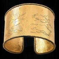 Bracciale in oro realizzato a cesello con scene di caccia di cavalieri Cimmeri