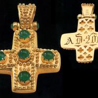 Croce in oro con smeraldi, realizzata a cesello e granulato