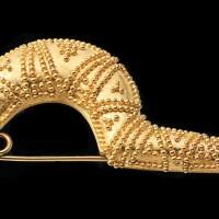 Fibula in oro realizzata a cesello e granulato