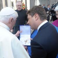 Dono a Papa Benedetto XVI, 2009