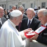 Dono a Papa Francesco, 2013